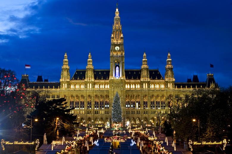 Christkindlmarkt Wien Rathausplatz abends beleuchtet