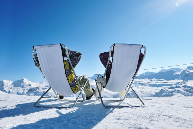 Chillen im Schnee mit Freunden - Panoramaaussicht